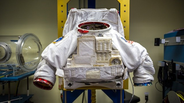 Tested: How Astronauts Put on Space Suits