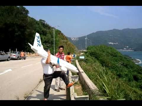 Windrider RC Boeing 737-700 in the winds of Hong Kong