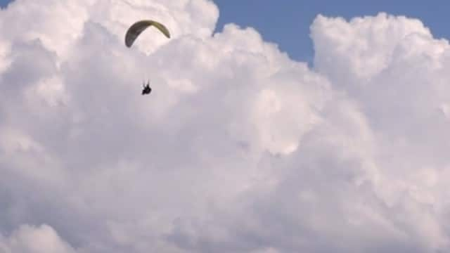 Sounds of Paragliding: The aerobatic paragliding of Théo de Blic