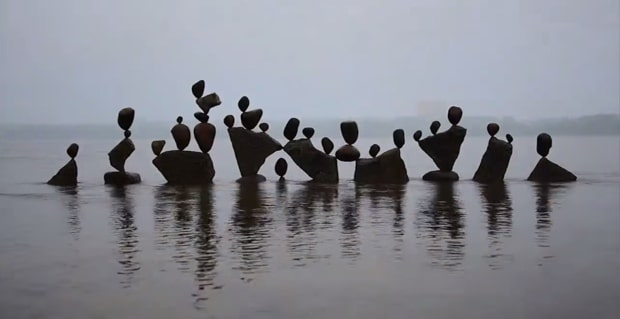 michael-grab-rock-balancing-sculptures03