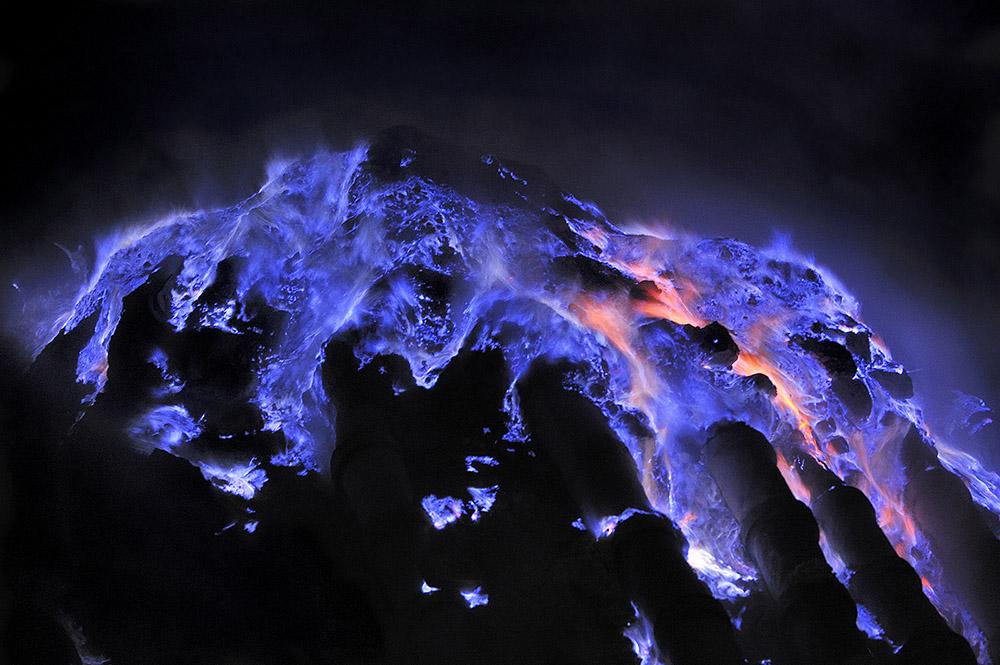 olivier-grunewald-kawah-ijen-blue-flames1