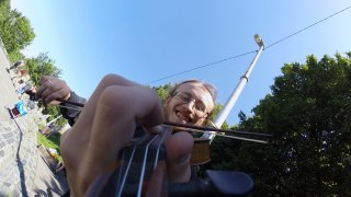 Speedy street violinist –An up close look at how a violin is played